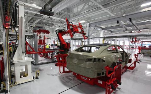 Robots en la producción de automóviles Tesla