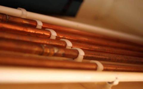 Tubo de cobre en una tubería de agua