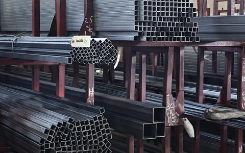 Tubo de hierro cuadrado para construcción, disponible en Alsimet